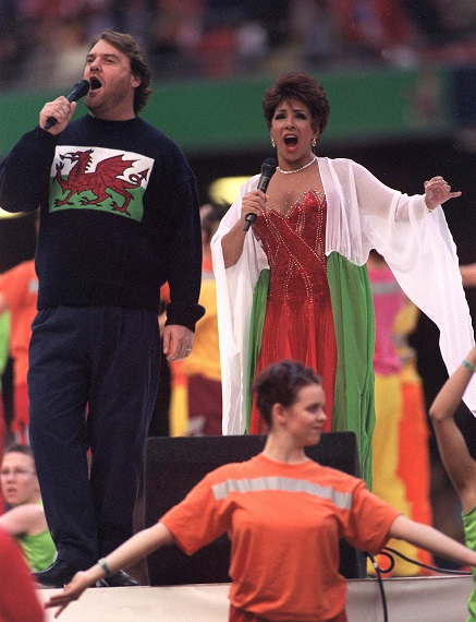 Bryn Terfel and Shirley Bassey singing the World i