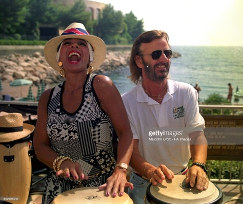 singer-shirley-bassey-joins-ringo-starr-on-the-bongos-at-a-beach-in-picture-id809695040